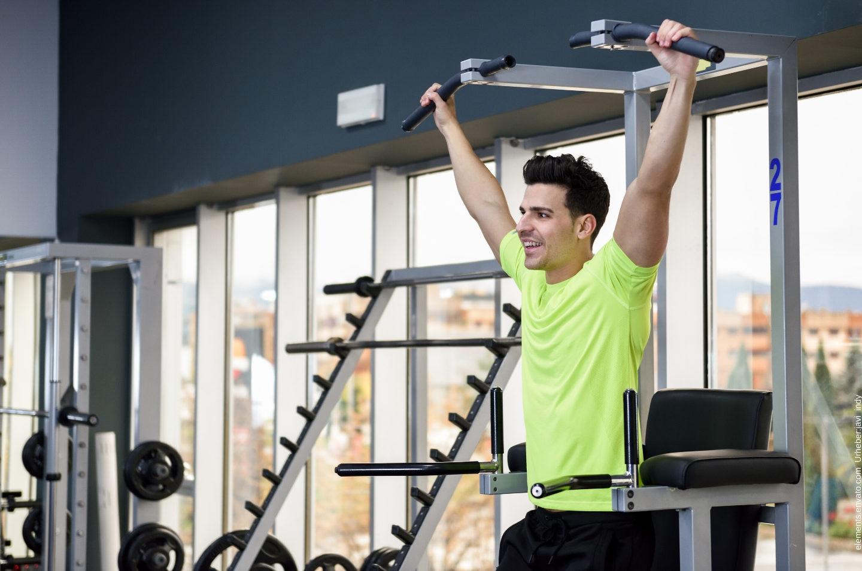 Ein Mann trainiert in einem Fitnessstudio.